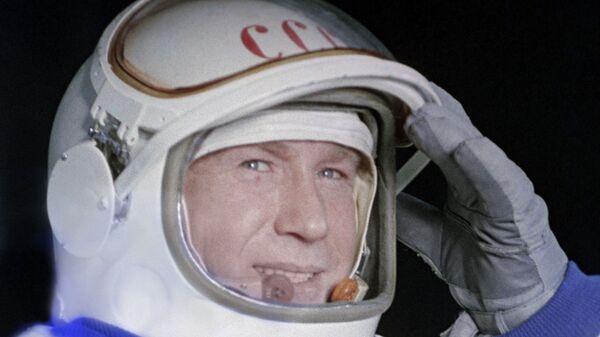 Космонавт Алексей Леонов в скафандре - Sputnik Таджикистан