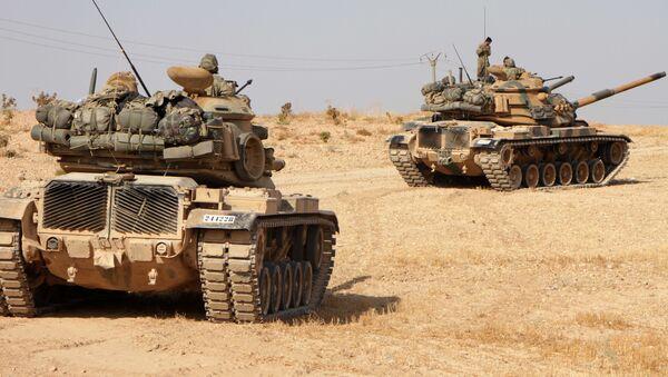 Турецкие солдаты едут на американских танках M60 в городе Тухар, к северу от северного сирийского города Манбидж - Sputnik Тоҷикистон