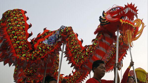 Китайский карнавальный дракон, архивное фото - Sputnik Таджикистан