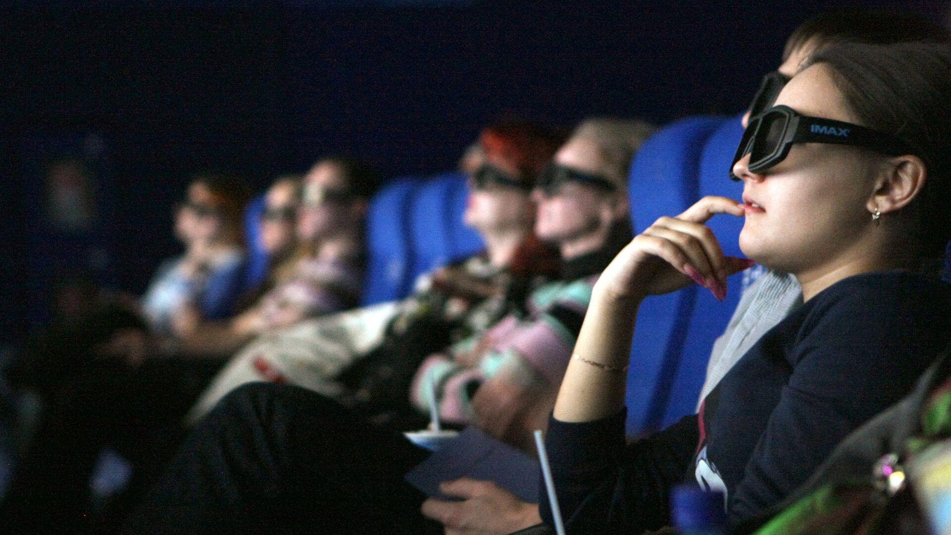 Зрители сидят в кинозале - Sputnik Таджикистан, 1920, 03.09.2021