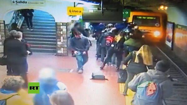 Упавший в обморок мужчина столкнул женщину на рельсы перед поездом — видео - Sputnik Тоҷикистон