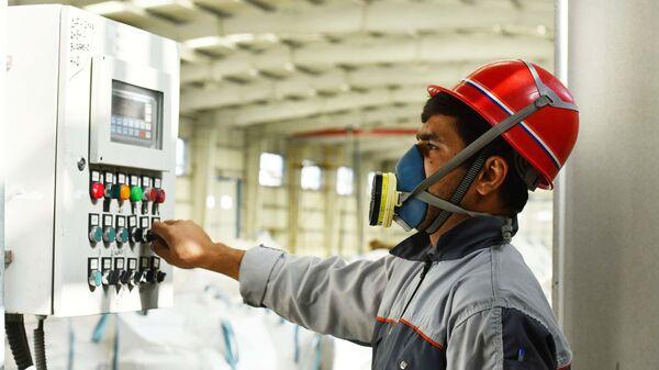 Рабочий на заводе Талко. Цех по производству Флюолита  - Sputnik Таджикистан