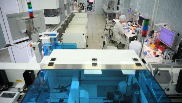 Лаборант в централизованной клинико-диагностической лаборатории городской клинической больницы №67 в Москве. - Sputnik Тоҷикистон