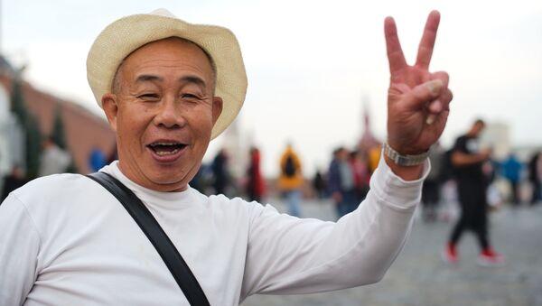 Иностранный турист на Красной площади в Москве - Sputnik Таджикистан