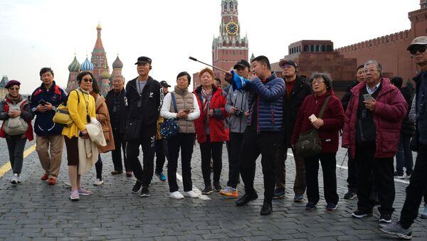 Группа иностранных туристов на Красной площади в Москве - Sputnik Таджикистан