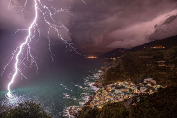 Снимок The Power of Lightning фотографа Елены Салвей конкурса Weather Photographer of the Year 2019 - Sputnik Таджикистан