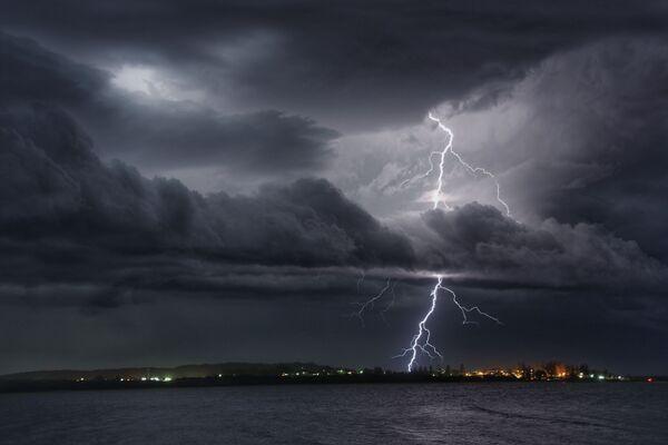 Снимок Spectacular lightning show over Trial Bay фотографа Хьюго Бегг, победившего среди фотографов до 17 лет в конкурсе Weather Photographer of the Year 2019 - Sputnik Таджикистан