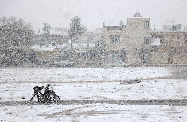 Снимок Motorcycle caught in the snow фотографа Али Баргетти конкурса Weather Photographer of the Year 2019 - Sputnik Таджикистан