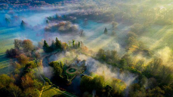 Снимок Morning shadows, Scotney Castle фотографа Криса Брауна, ставшего финалистом конкурса Weather Photographer of the Year 2019 - Sputnik Таджикистан
