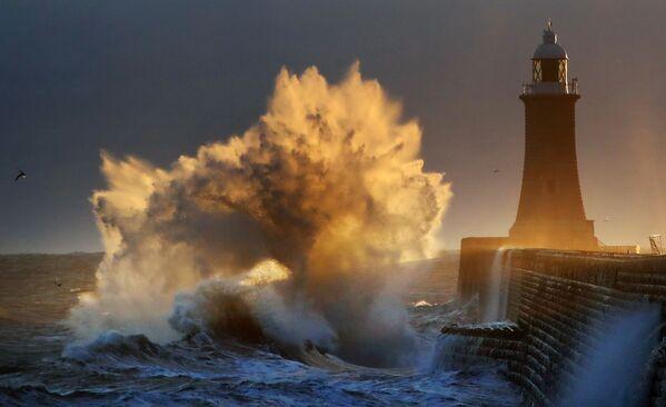 Снимок Exploding Wave, Tynemouth UK фотографа Оуэна Хапфрэйс, ставший финалистом конкурса Weather Photographer of the Year 2019 - Sputnik Таджикистан