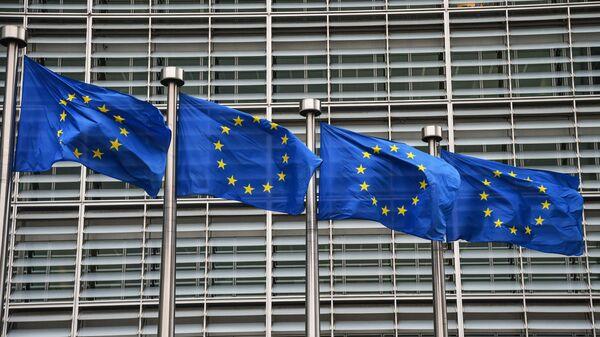 Флаги с символикой Евросоюза у здания Еврокомиссии в Брюсселе. - Sputnik Тоҷикистон