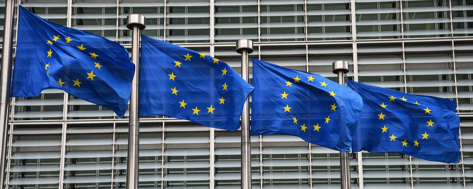 Флаги с символикой Евросоюза у здания Еврокомиссии в Брюсселе. - Sputnik Тоҷикистон, 1920, 03.03.2021