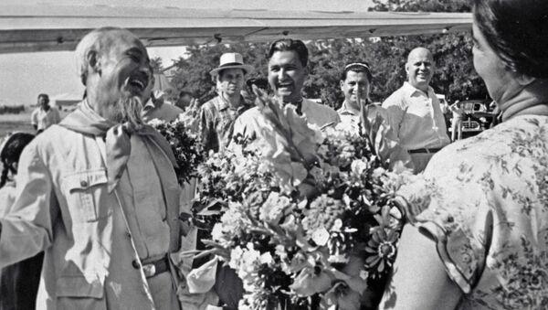 Таджикская девушка вручает цветы Председателю ЦК Партии трудящихся Вьетнама Хо Ши Мину (справа) - Sputnik Тоҷикистон