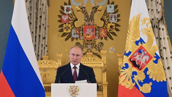 Президент РФ В. Путин посетил прием в Кремле в честь выпускников военных вузов - Sputnik Таджикистан
