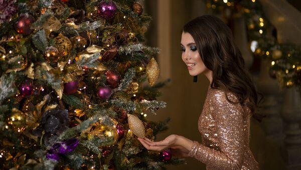 Красивая девушка у новогодней елки - Sputnik Таджикистан