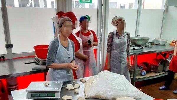 В Калуге сотрудники полиции пресекли незаконную трудовую деятельность нелегальных мигрантов на объекте общественного питания - Sputnik Таджикистан