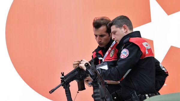 Сотрудники турецкой полиции осматривают винтовку MRT-76 - Sputnik Таджикистан