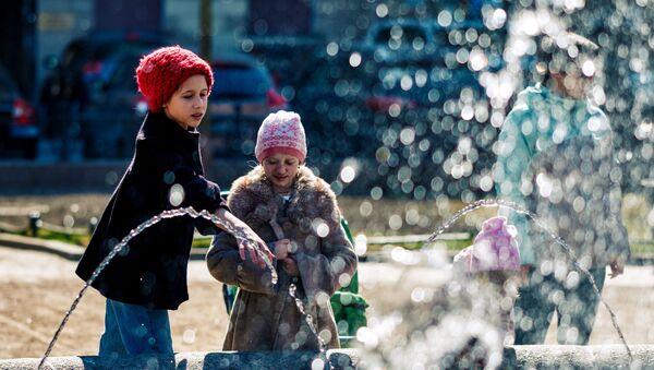 Дети возле фонтана в Санкт-Петербурге - Sputnik Таджикистан