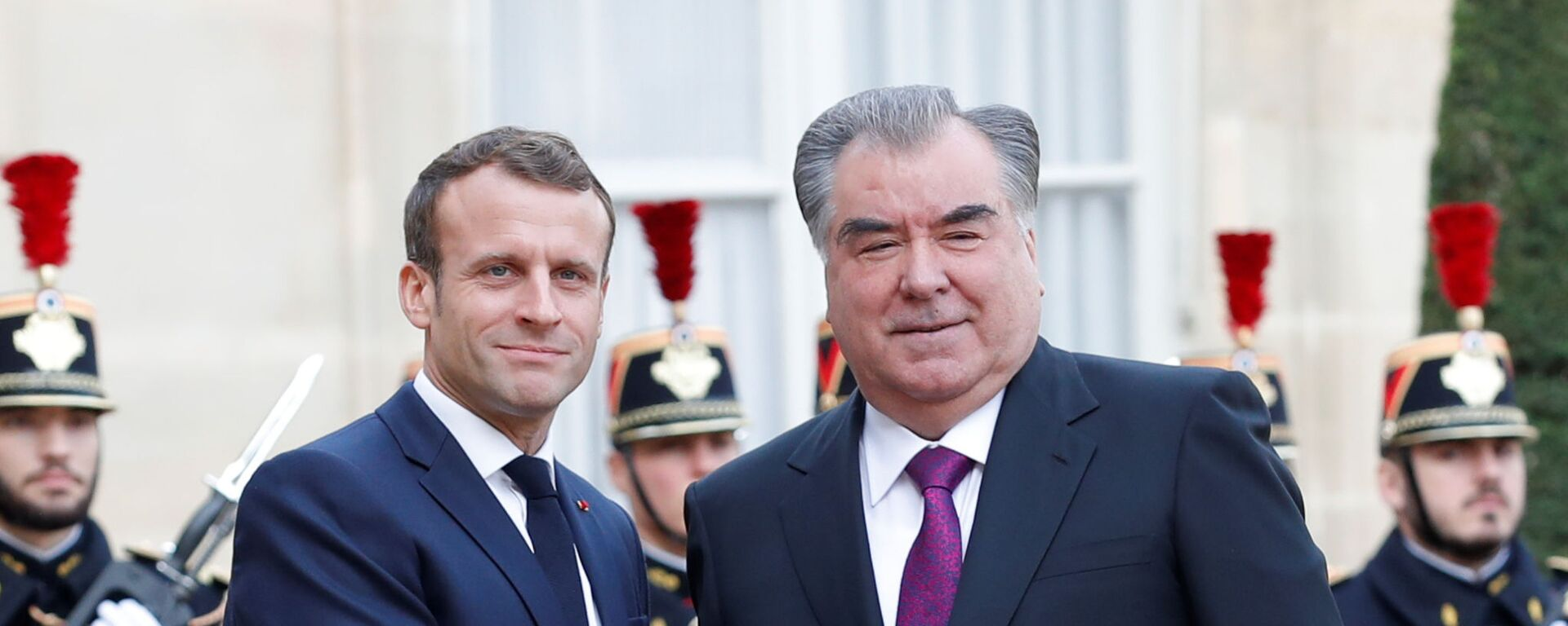 Президент Франции Эммануэль Макрон и президент Таджикистана Эмомали Рахмон - Sputnik Таджикистан, 1920, 25.08.2021