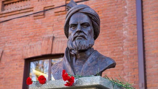 Памятник автору эпической поэмы Шахнаме торжественно открыли в СОГУ - Sputnik Тоҷикистон
