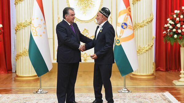 Президент Таджикистана Эмомали Рахмон во время церемонии награждения бизнесмена Мухиба Бободжонова - Sputnik Таджикистан