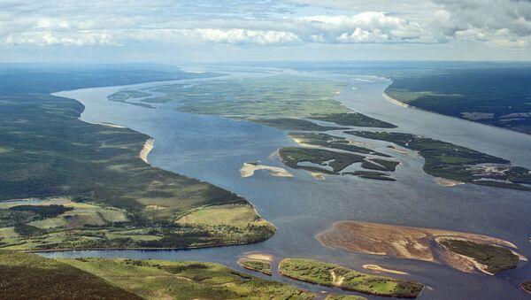 Вид на реку Лена в среднем течении (250 км от Якутска). - Sputnik Таджикистан