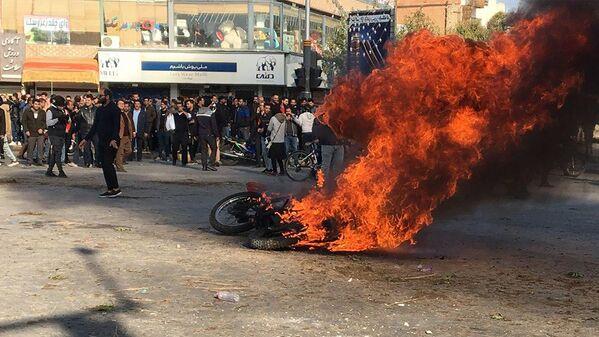 Во время митингов в Иране протестующие нанесли ущерб отделениям банков, поджигали автозаправочные станции и магазины - Sputnik Таджикистан