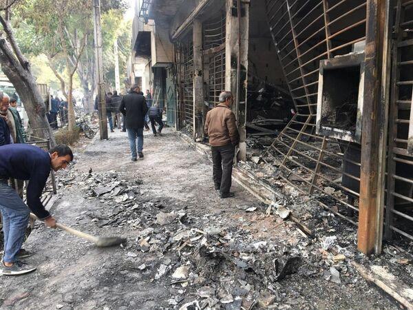 Вышедшие на митинг люди сожгли здание Центробанка страны - Sputnik Таджикистан