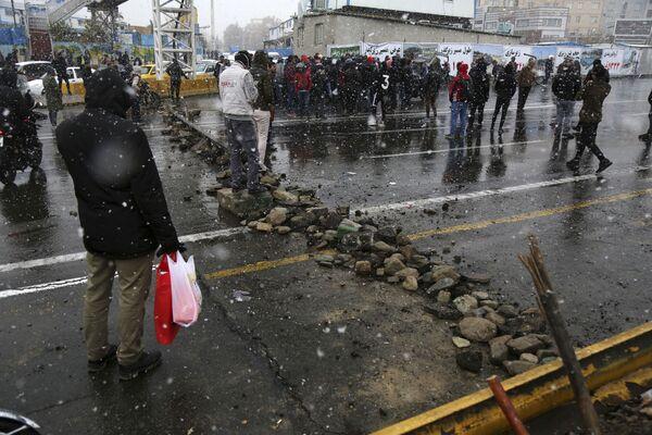 Демонстранты в Тегеране не только оказывали сопротивление силам безопасности, но и блокировали дороги - Sputnik Таджикистан