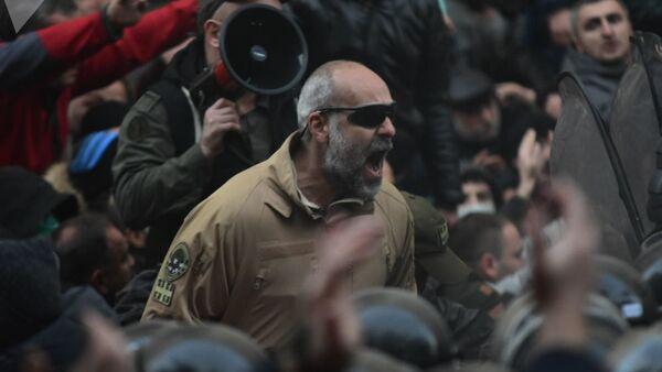 Участник акции протеста в Грузии - Sputnik Таджикистан