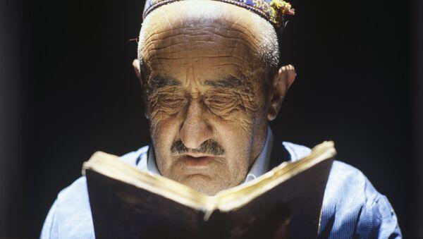 Джамшед Таибов читает рукописный Коран, который в его семье передается по наследству много поколений. Кишлак Паршед, Горно-Бадахшанская автономная область. Таджикская ССР - Sputnik Таджикистан