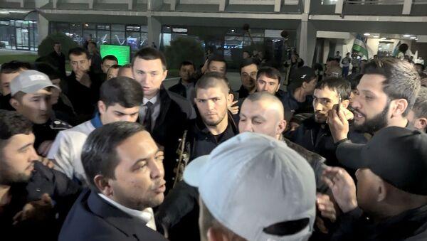 Встреча Хабиба Нурмагомедова в аэропорту Ташкента - Sputnik Тоҷикистон