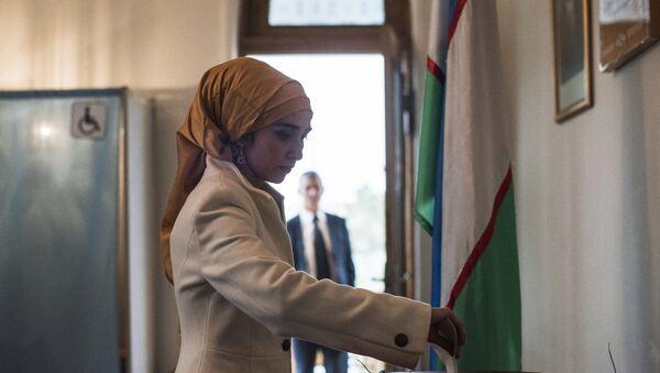 Женщина голосует на избирательном участке - Sputnik Тоҷикистон