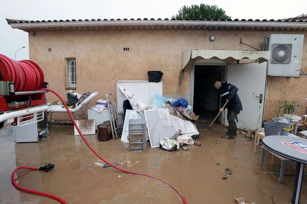 Мужчина на пороге затопленного дома в Лемю на юго-востоке Франции  - Sputnik Таджикистан
