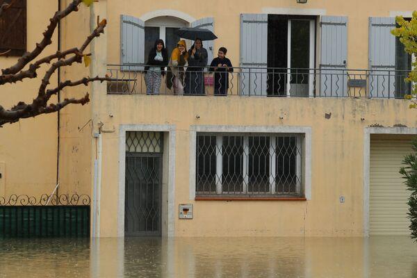 Люди на балконе затопленного дома в Лемю на юго-востоке Франции - Sputnik Таджикистан
