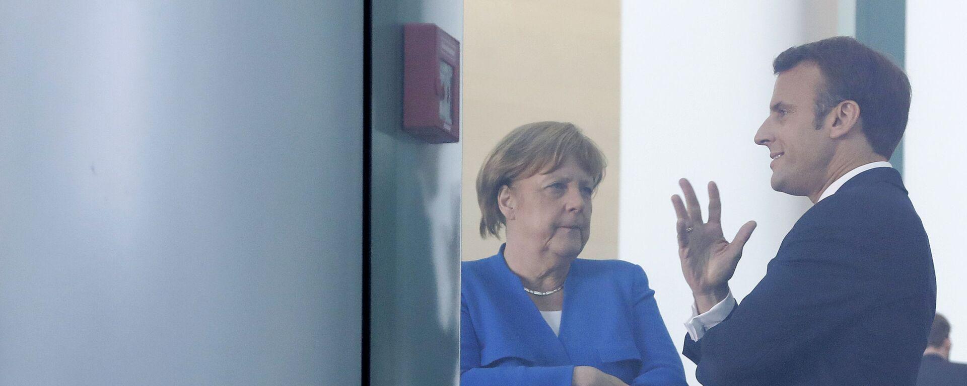 Президент Франции Эммануэль Макрон и канцлер Германии Ангела Меркель - Sputnik Таджикистан, 1920, 25.02.2021