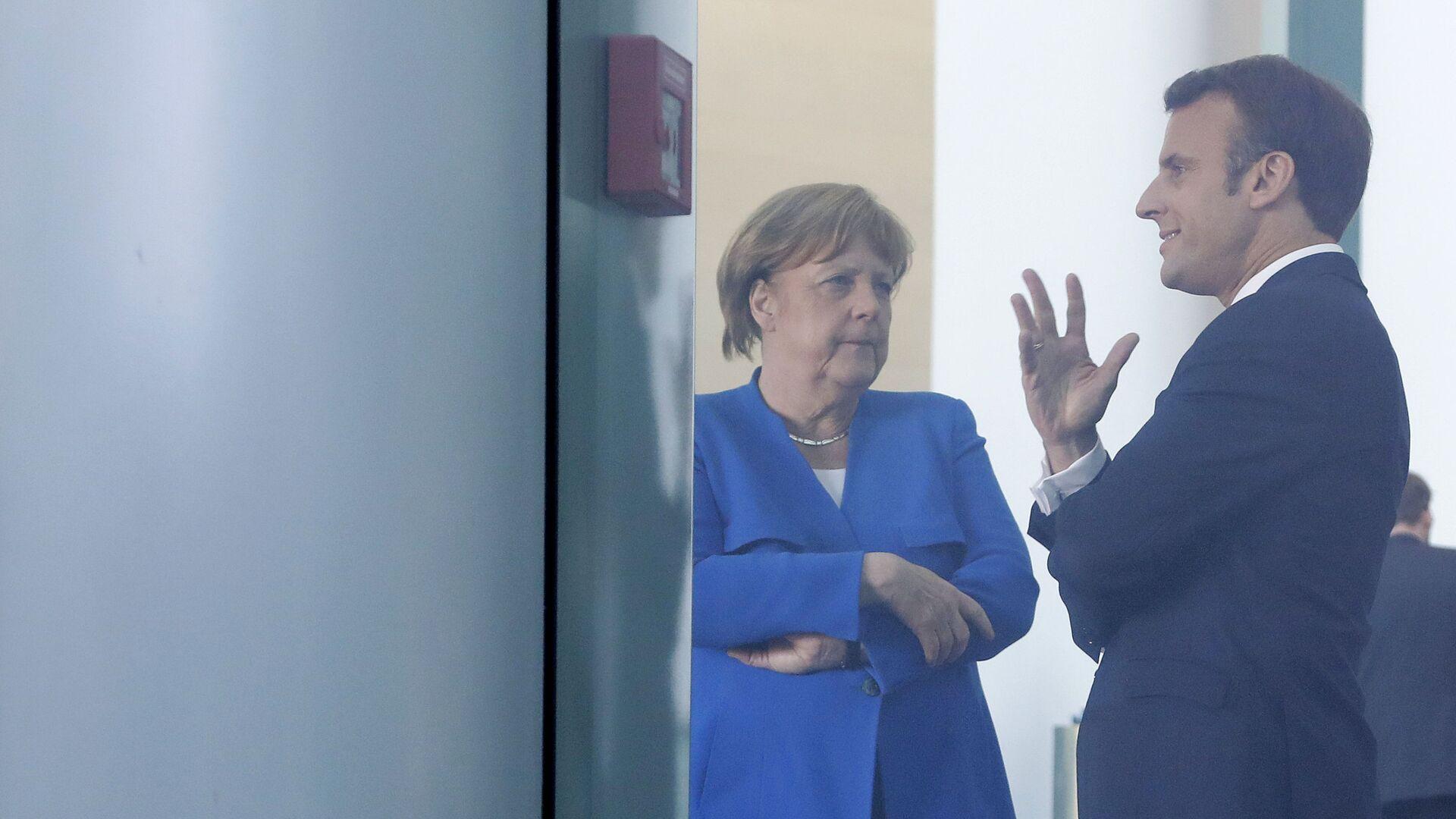 Президент Франции Эммануэль Макрон и канцлер Германии Ангела Меркель - Sputnik Таджикистан, 1920, 10.09.2021