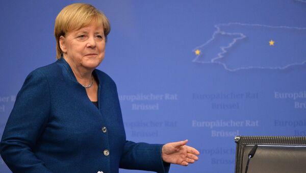 Ангела Меркель упала со сцены - Sputnik Таджикистан
