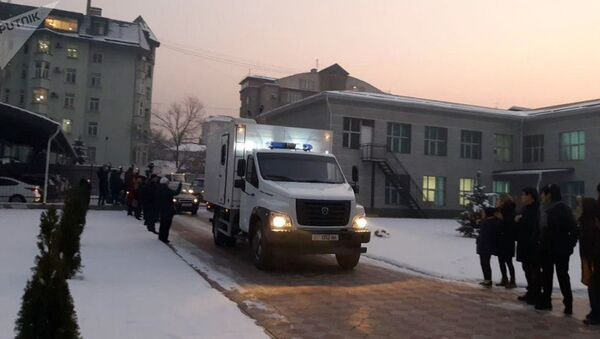 Бывшего президента Алмазбека Атамбаева вывезли с территории Первомайского районного суда и привезли в здание ГКНБ, где находится СИЗО ведомства - Sputnik Тоҷикистон