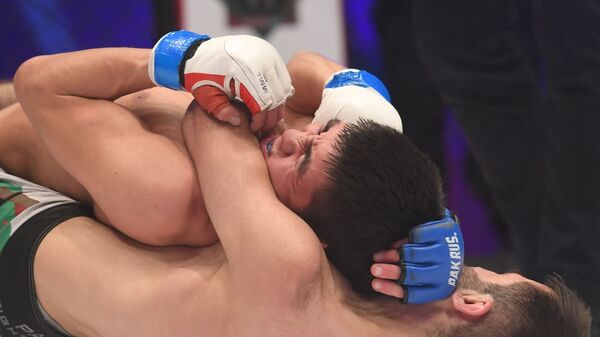 Мурид Джонмирзоев из Таджикистана одержал победу против Абдурасул Уулу Нурсултана из Кыргызстана - Sputnik Таджикистан