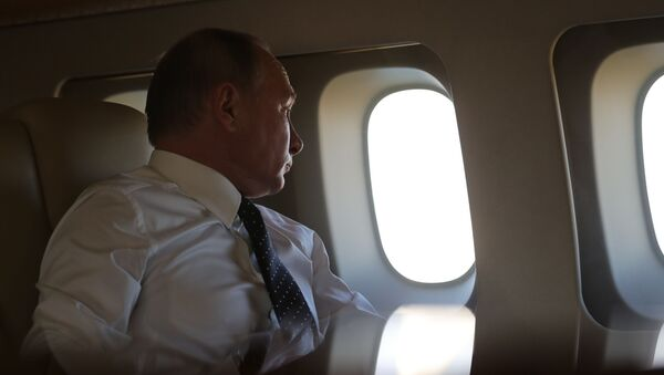 Президент РФ Владимир Путин на борту президентского самолета - Sputnik Таджикистан