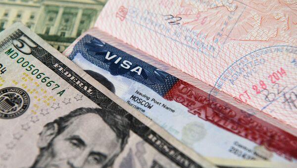 Денежные купюры США и американская виза - Sputnik Тоҷикистон