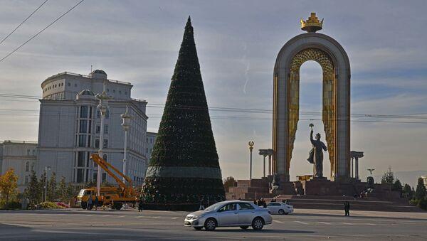 В Душанбе начали украшать главную новогоднюю елку - Sputnik Таджикистан