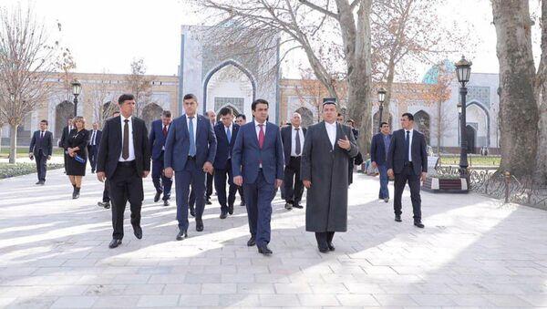 Сегодня Председатель города Душанбе Рустами Эмомали посетил древний город Самарканд - Sputnik Тоҷикистон