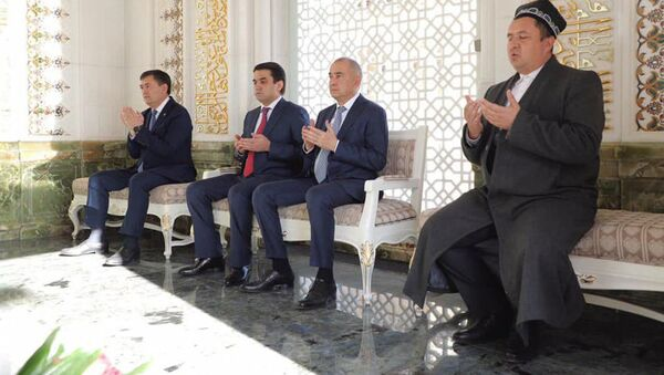 Рустам Эмомали в Самарканде у могилы Ислама Каримова - Sputnik Таджикистан