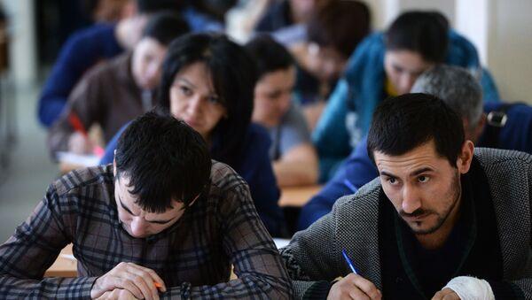 Сдача экзаменов в центре тестирования мигрантов - Sputnik Таджикистан