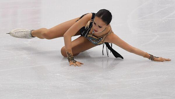Алина Загитова (Россия) упала во время выступления в произвольной программе женского одиночного катания в финале Гран-при по фигурному катанию в Турине - Sputnik Таджикистан