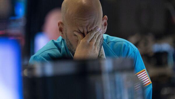 Трейдер вытирает глаза, наблюдая за курсами акций на Нью-Йоркской фондовой бирже - Sputnik Таджикистан