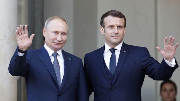 Президент Эммануэль Макрон (справа) и президент России Владимир Путин в Елисейском дворце в понедельник, 9 декабря 2019 года в Париже - Sputnik Таджикистан