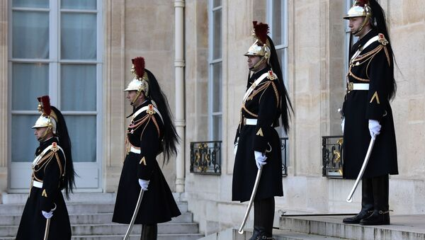 Почетный караул на церемонии официальной встречи президентом Франции Эммануэлем Макроном глав государств-участников Нормандского формата в Елисейском дворце - Sputnik Таджикистан